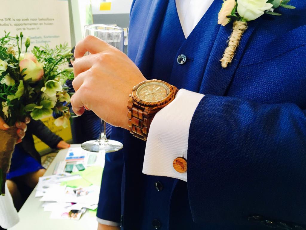 Houten horloge als persoonlijk trouwcadeau
