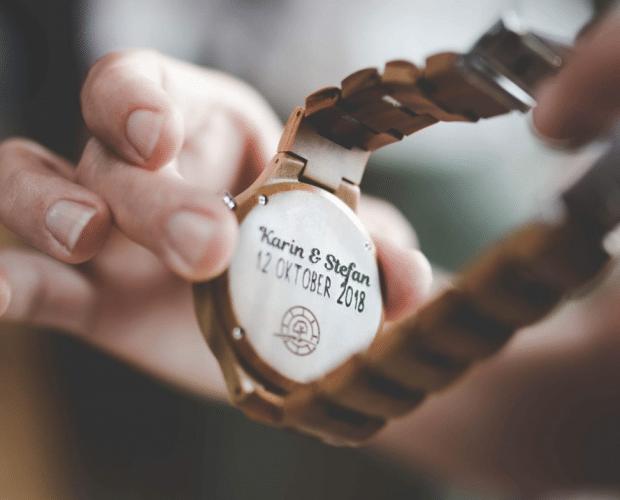 Horloge van hout met gravure voor bruiloft